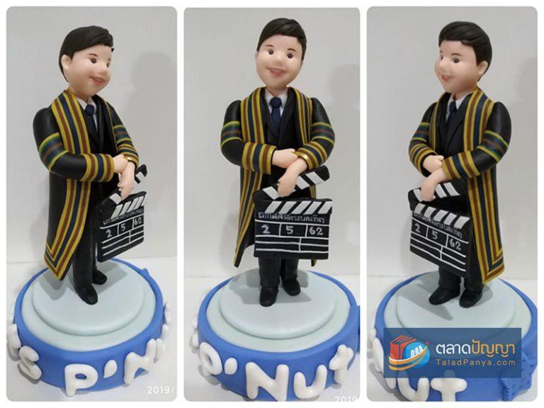 ตัวอย่างผลงานจากคอร์สออนไลน์สอนปั้นตุ๊กตาด้วยดินโพลิเมอร์ - ชุดครุยชาย