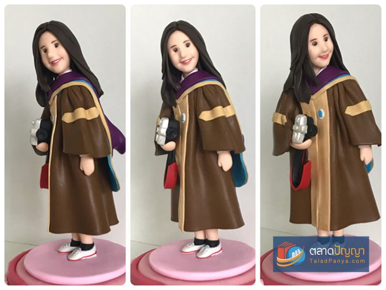 ตัวอย่างผลงานจากคอร์สออนไลน์สอนปั้นตุ๊กตาด้วยดินโพลิเมอร์ - ชุดครุยหญิง
